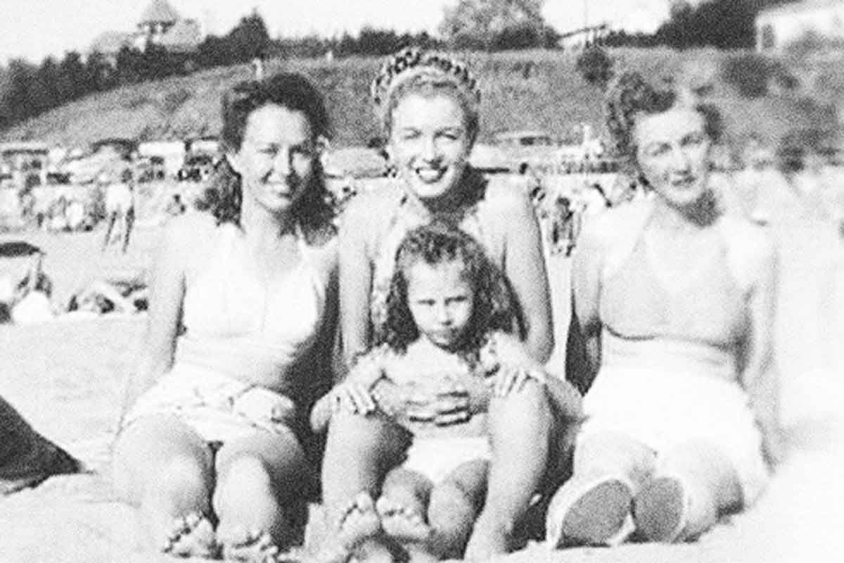 Мэрилин монро (урождённая норма джин мортенсон) родилась около 9:30 утра 1 июня 1926 года, в лос-анджелесе и была третьим ребёнком киномонтажницы «rko pictures» глэдис пёрл бейкер (в девичестве — монро, 27 мая 1902 — 11 марта 1984). Когда глэдис было пятнадцать лет, она вышла.